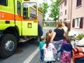 Das grosse Feuerwehrauto bewundern