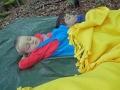 Schlafen im weichen Laub